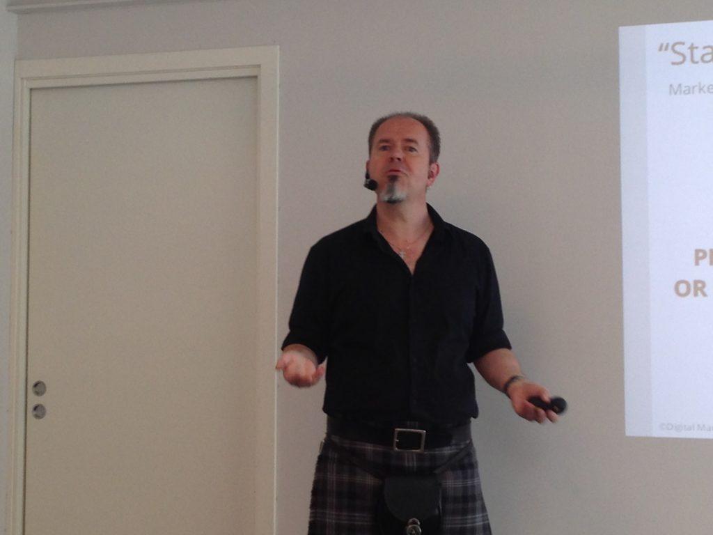 Kursleder Jakob Thyness i kilt