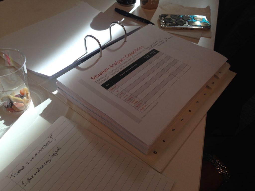 Medstudent har satt alle papirer i perm