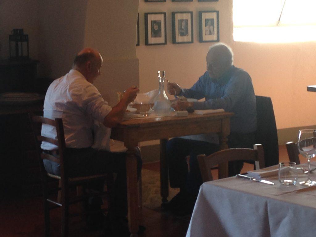 To eldre menn spiser lunsj