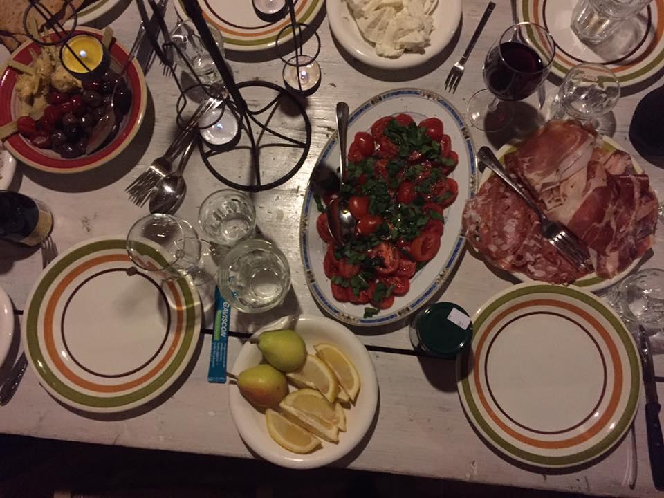 Bordet fylles opp ti lmiddag (foto: Hilda)