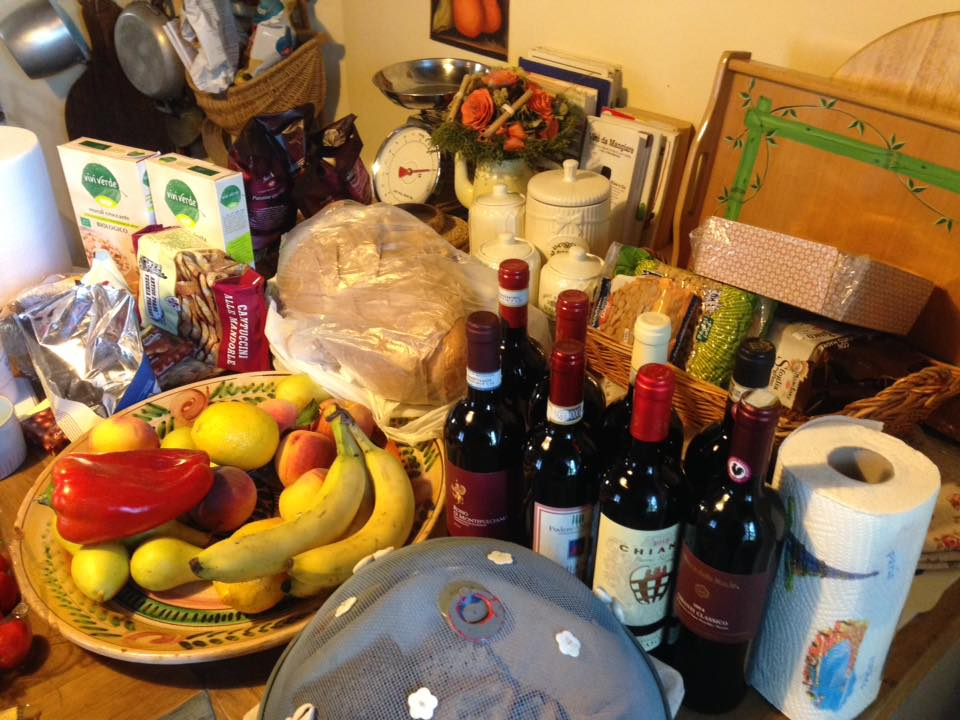 Kjøkkenbordet er fylt med deiligheter